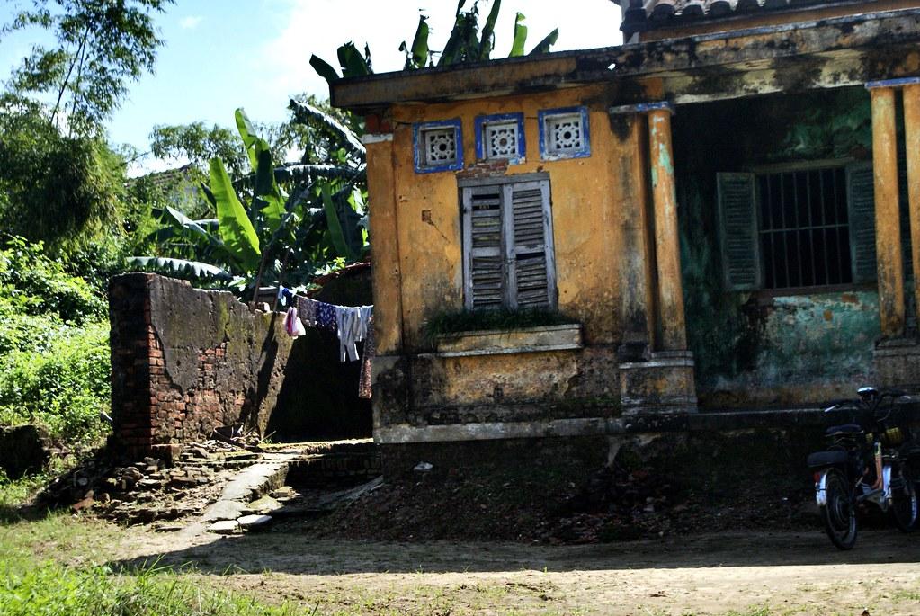 Façade décatie d'une ancienne maison coloniale aux couleurs assez exceptionnelles. Sur la route de My Son.