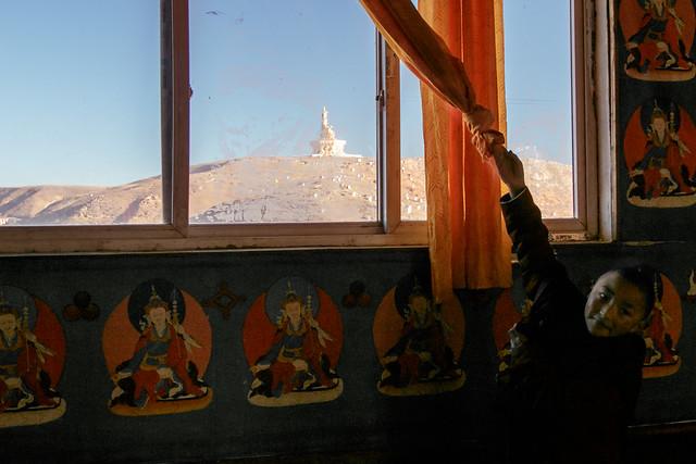 Little nun trying to show us outside view, Yarchen Gar アチェンガルゴンパ 外の景色を見せようとカーテンをよけてくれる尼僧