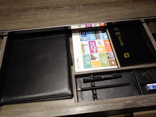抽屜裡有簡單的文具@高雄喜達絲飯店