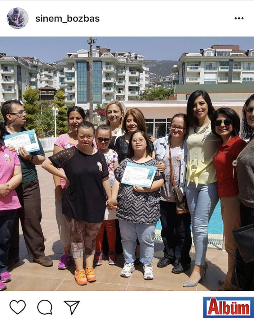Sinem Bozbaş, Club Olive Garden'da dostları ile birlikte çekindiği hatıra fotoğrafını takipçileri ile de paylaştı.