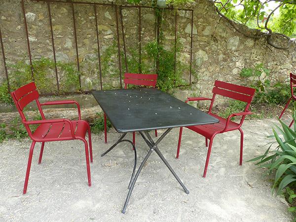 table et chaises rouges