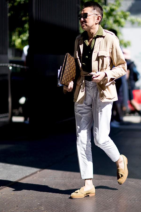 ベージュサファリジャケット×カーキシャツ×白パンツ×ベージュスエードローファー