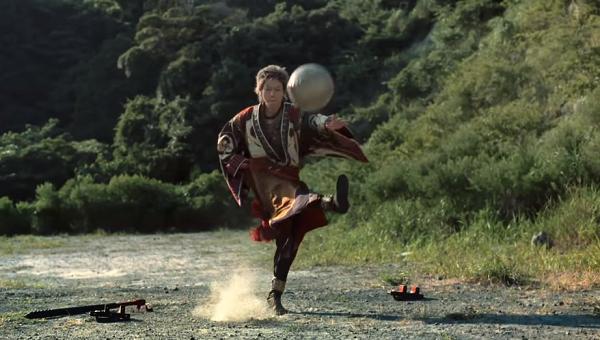 ボールを蹴り上げる鬼ちゃん