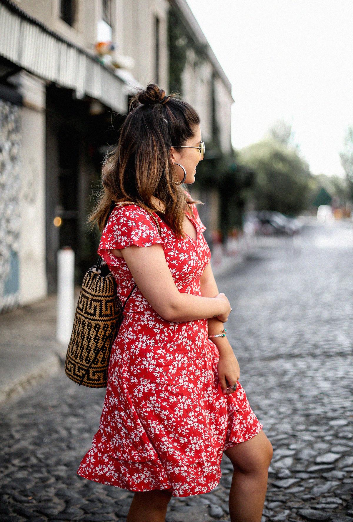 vestido-rojo-volantes-sandalias-lazos-mochila-ratan-travel-lx-factory-lisbon5