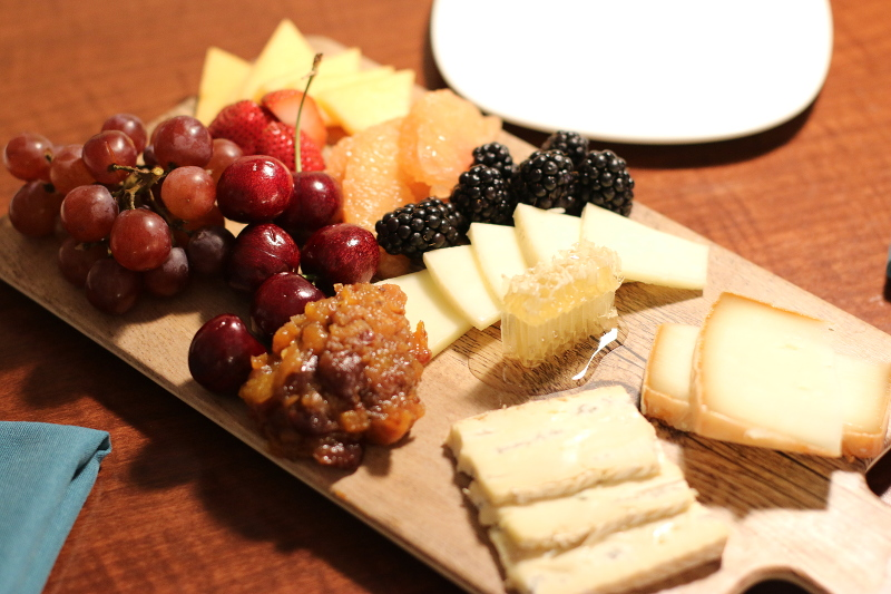 doubletree-hilton-cranberry-hotel-room-wine-cheese-8
