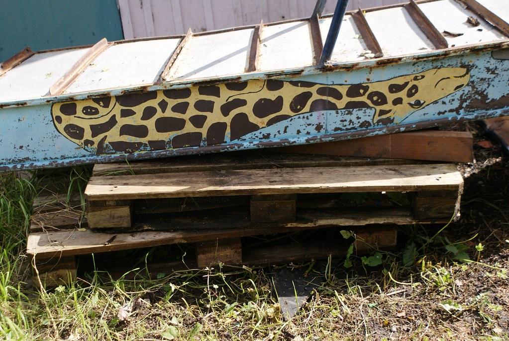 Girafe sur le dos près de la crêche de la communauté.