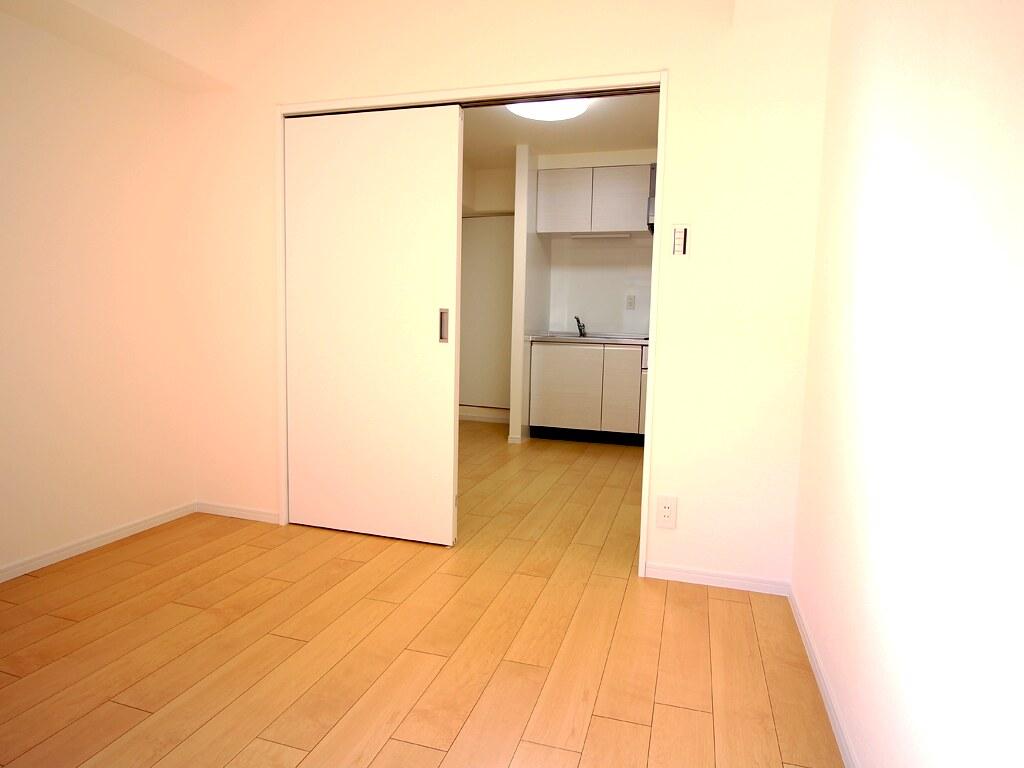 リノベーション後・キッチンと洋間を隔てる扉