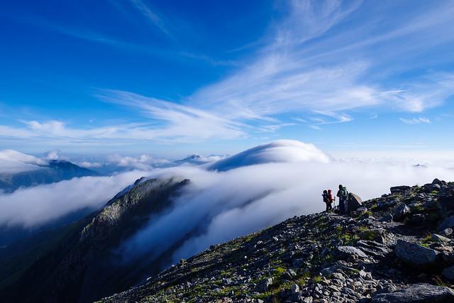 間ノ岳を下り始めると北岳は再び滝雲に飲みこまれる