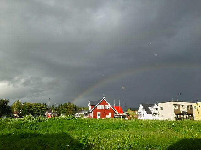 豪雨の中の虹@キッチンの窓から