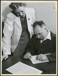 Private A.L. Pehud is treated by nurse H.L. Mitcheltree in the neuro speech therapy department... / Le soldat A.L. Pehud est soigné par l'infirmière H.L. Mitcheltree dans le département d'orthophonie neurologique...