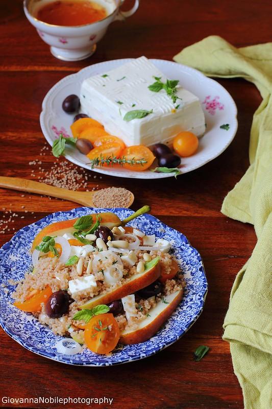 Cous Cous con primo sale, pere, datterini, cipollotti, olive nere, pinoli