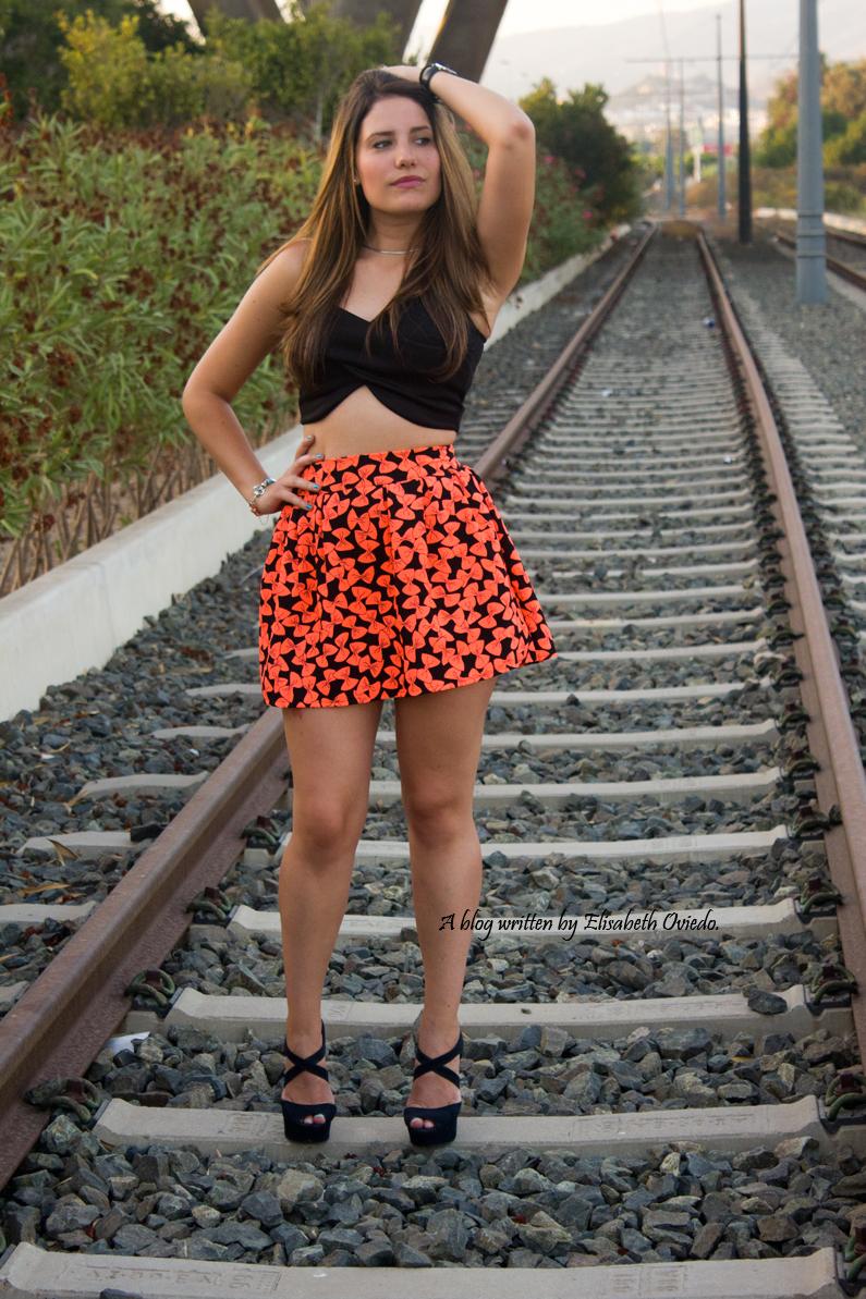 falda estampado flúor tacones negros marypaz heelsandroses elisabeth oviedo blogger barcelona malagueña (3)