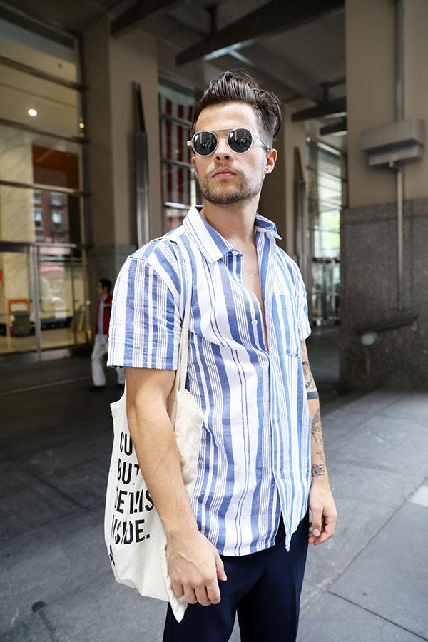 青白ストライプ半袖シャツ×ネイビーパンツ