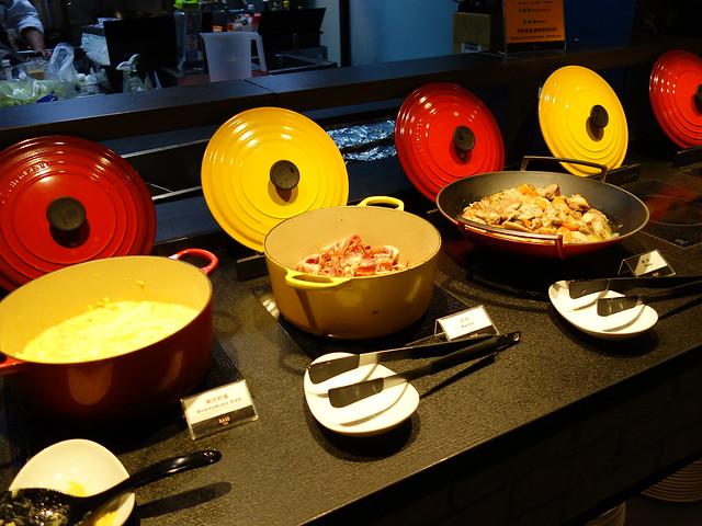 鑄鐵鍋裡有炒蛋、培根、香料豬肉@高雄喜達絲飯店