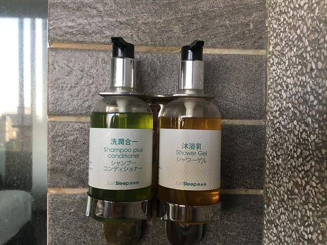 飯店提供的二合一洗髮精與沐浴乳,我覺得沒有特別好用,以這個房價來說這點有點失望XD@宜蘭捷絲旅礁溪館