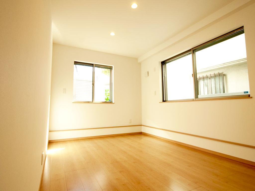 1階奥側の居室・窓側