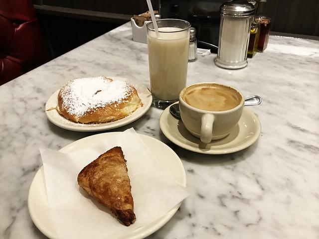 Horchata, cafe con leche, mallorca, quemadillo di Bombonera