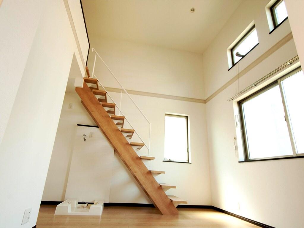 居室を低い位置から(ロフトへの階段)