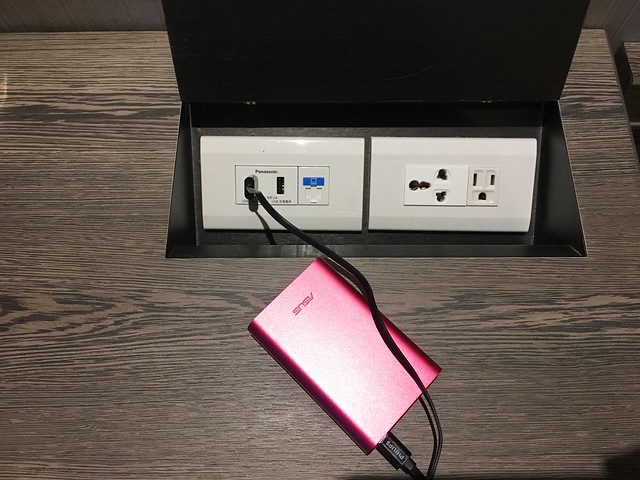 桌上的插座有 USB 孔,100 分!!!(工程師真是世界上最好滿足的族群了XD)@屏東恆春墾丁怡灣渡假酒店