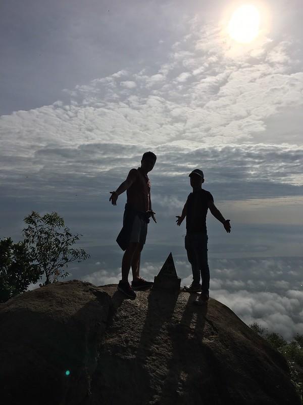 Điểm móc đỉnh núi Bà Đen. Đứng trên mây