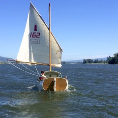 two reefs in, sailing downwind with a following current... a blissful run upriver, with Puget Island ahead