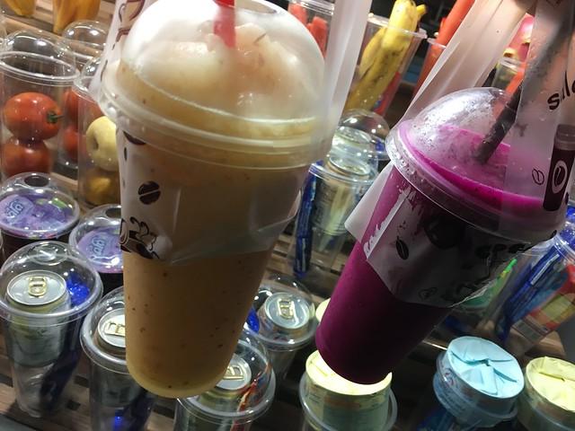 好きな中身のカップを選ぶタイプのジュース屋さん。たのしい。