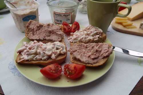 Fleischsalat und Rhönlammwurst auf Kartoffelbrötchen