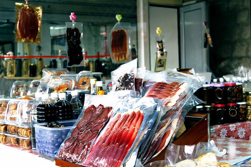 Один из прилавков на рынке Котора
