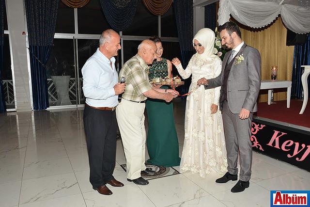 Nişan yüzüklerini Alper Kiriş'in dedesi Mustafa Arslan taktı.