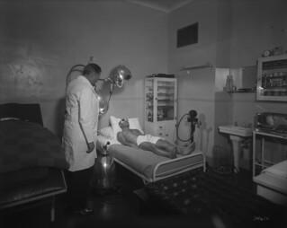 Château Laurier Hotel - man receives special electrical treatment with an Alpine lamp... / Hôtel Château Laurier - un homme reçoit un traitement électrique spécial avec une lampe à rayons ultraviolets (dite Alpine)...