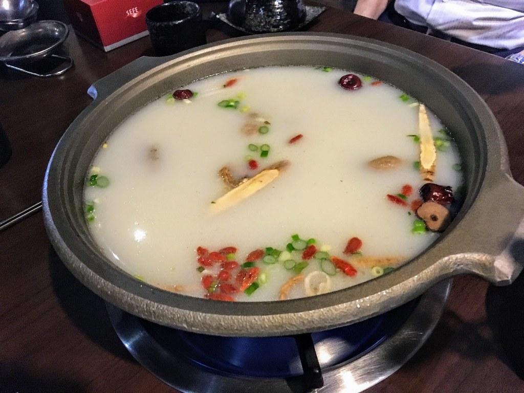 胡椒豬肚雞鍋,湯頭有許多中藥材