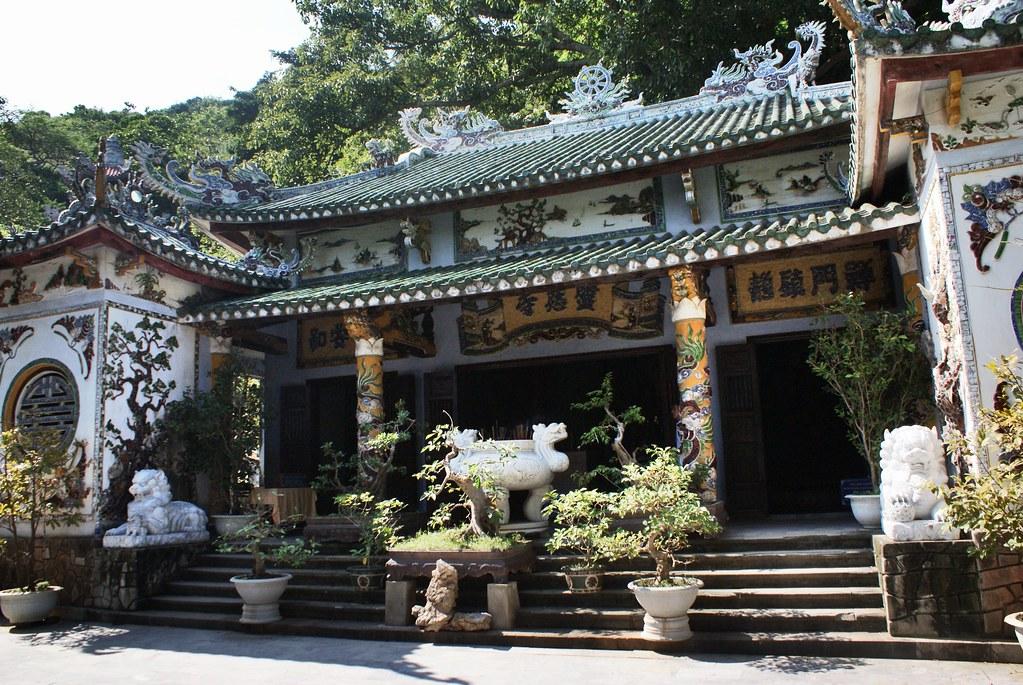 Un des sanctuaires bouddhistes des montagnes de marbre au Vietnam.