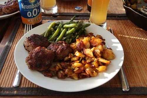 Frikadellen zu Bratkartoffeln und Butterbohnen