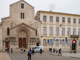 Kathedrale Saint-Trophime und Kulturzentrum am Place de la République,