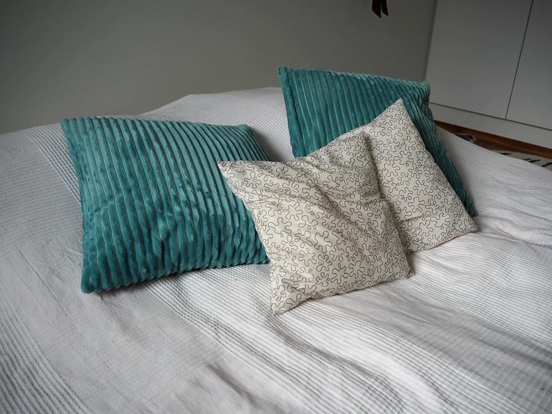 koristetyynyjä sängyllä