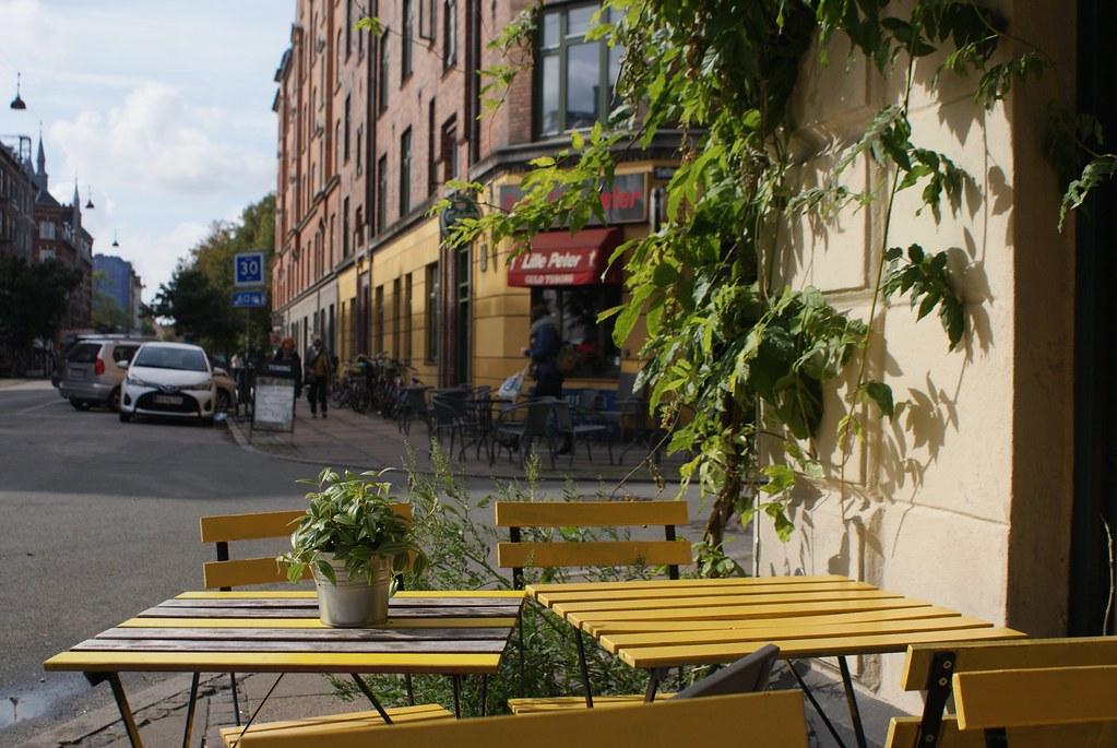 Terrasse d'un café de Norrebro à Copenhage par une journée ensoleillé de septembre.