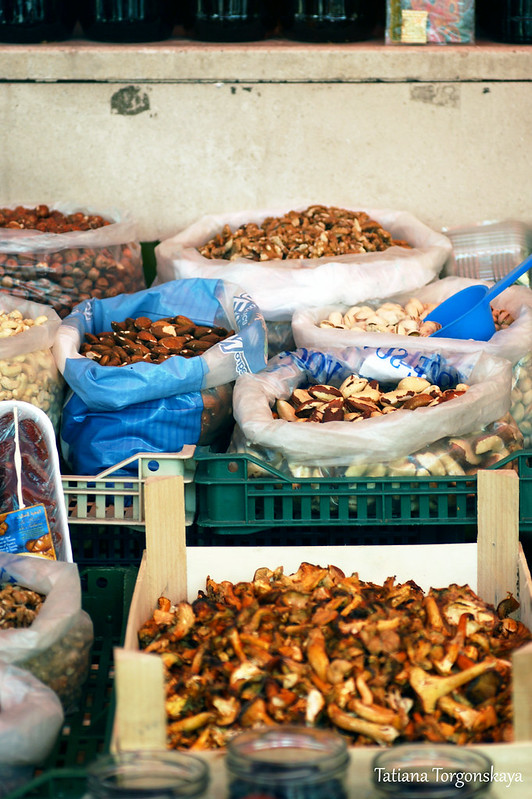 Прилавок с орехами и грибами