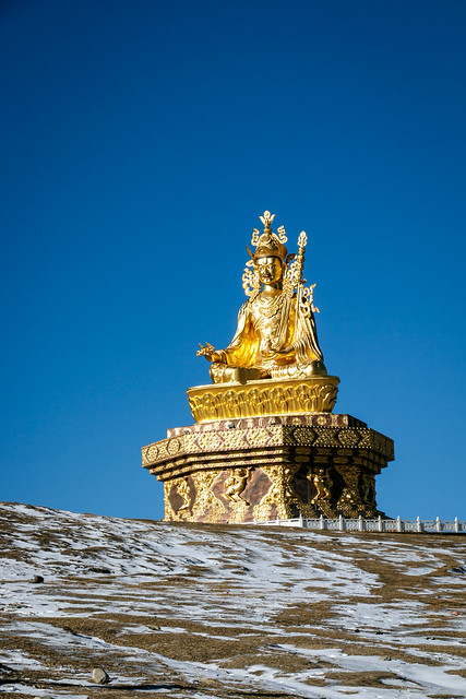 Big statue of Padmasaṃbhava on the hilltop, Yarchen Gar アチェンガルゴンパ 丘の上の巨大なグル・リンポチェ像