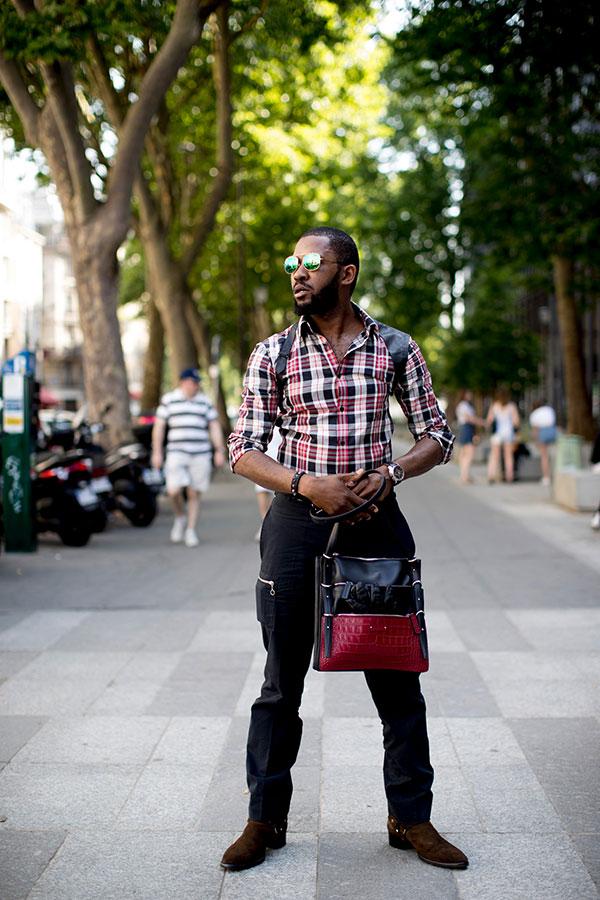 チェックシャツ×黒パンツ×ブラウンスエードリングブーツ
