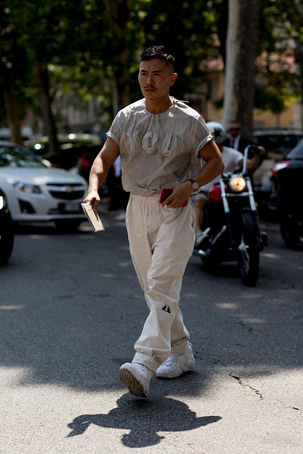 グレーTシャツ×白パンツ×白スニーカー