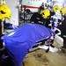 8月25日晚,消防員和海關蛙人在恆景大廈停車場,打撈出風災第十名遇難者的遺體。(勞顯亮攝)