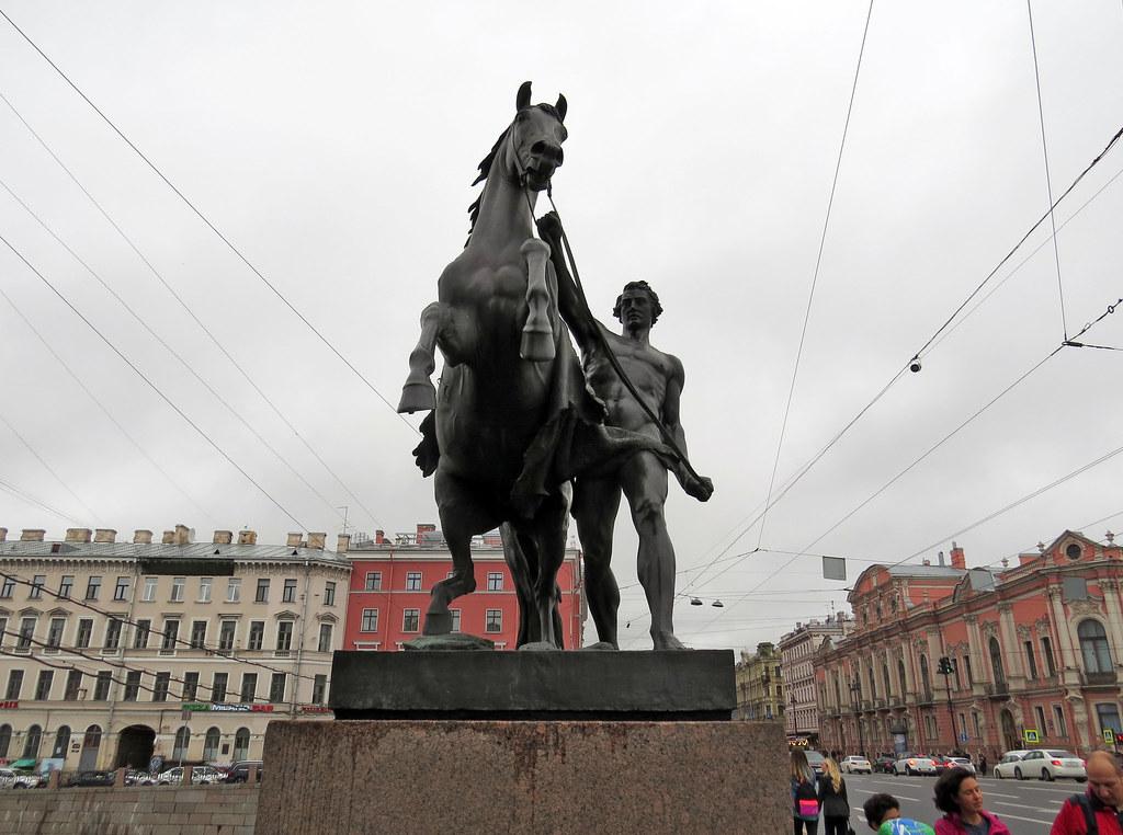 Скульптура «Конь с идущим юношей»