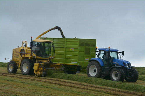 New Holland FX48 SPFH filling a Smyth FieldMaster Trailer drawn by a New Holland T7.270 Tractor