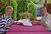 Mittagessen der Heimathausbesucher Elisabeth Martini und Hans Mathis in der Gartenlaube