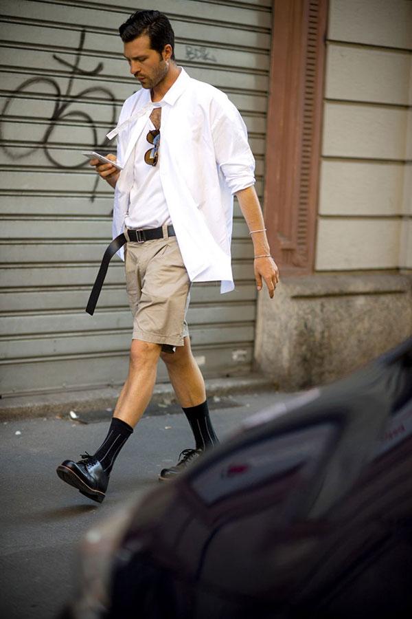 白シャツ×白Tシャツ×ベージュショートパンツ×黒ダービーシューズ