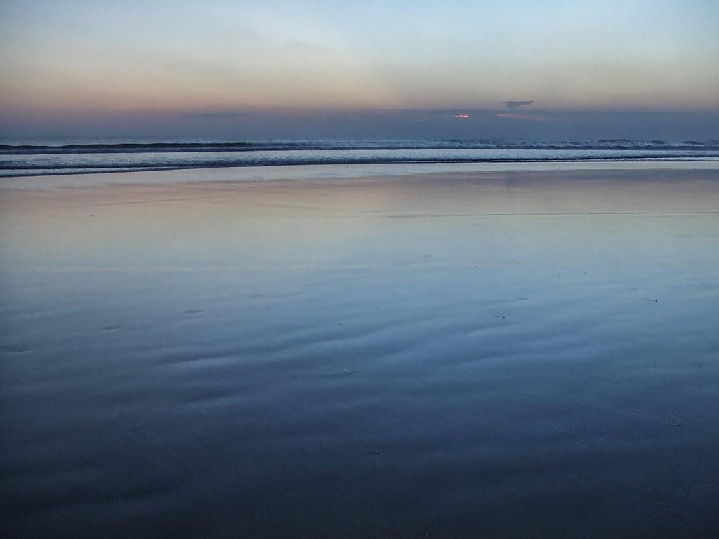 Sur la plage abandonnée. 36978541956_fb5f8c9bbb_b