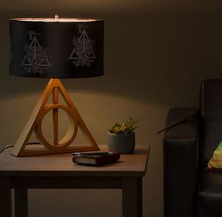 接受來自傳說中聖器的光芒吧!!ThinkGeek 哈利波特【死神的聖物桌燈】Harry Potter Deathly Hallows Table Lamp