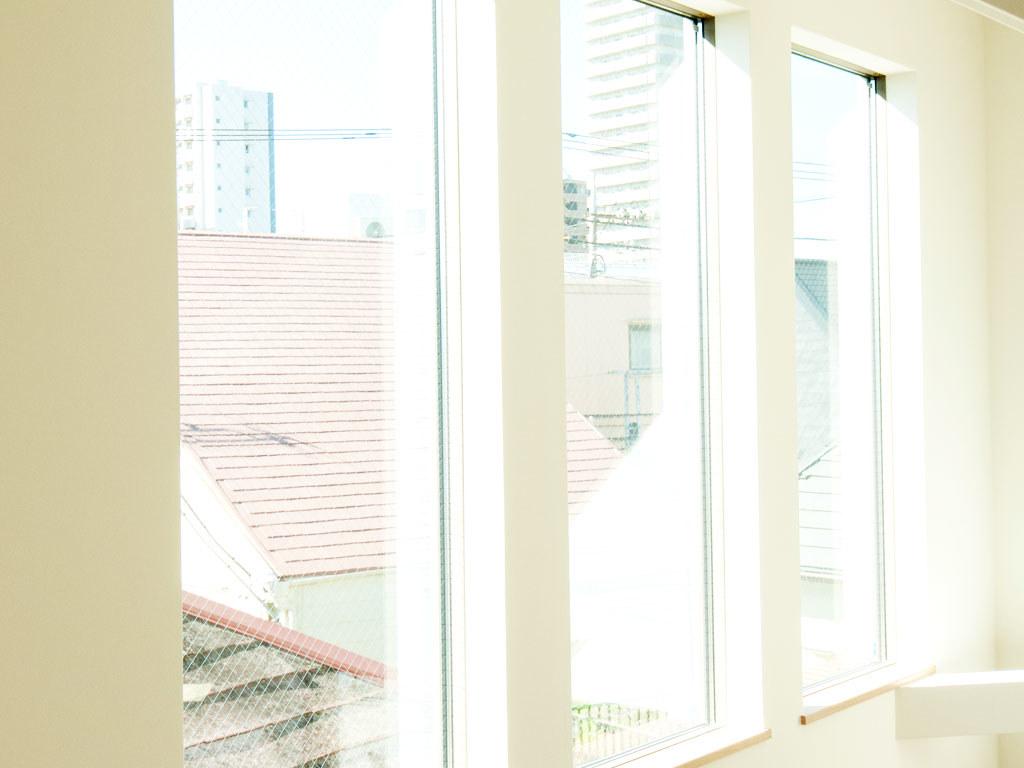 2階のリビングダイニングに光を取り込む3つの窓