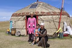 Vor einer Nomaden-Jurte auf dem Pamir-Hochplateau. Foto: Günther Härter.