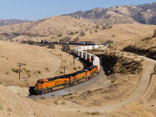 railway železnice train vlak locomotive lokomotiva bahn zug motorová diesel usa us spojenéstáty unitedstates america bnsf california kalifornie ca allard tehachapi sub caliente 8189 5456 7028 up unionpacific ge es44c4 c449w